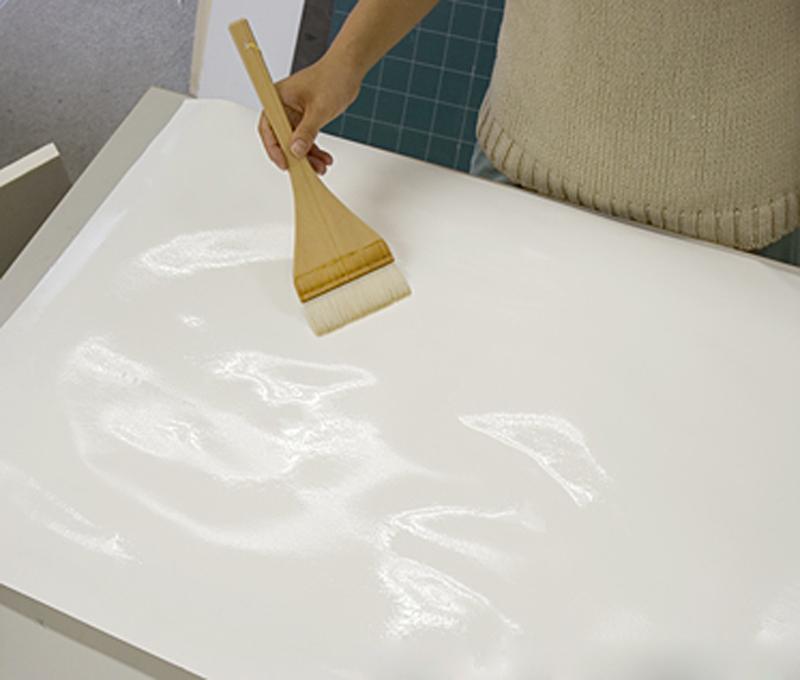 水張り:紙に水を塗布する
