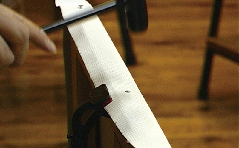 キャンバスを張る際は、キャンバス張り器で キャンバスを引っ張りながら釘を打ち込みます