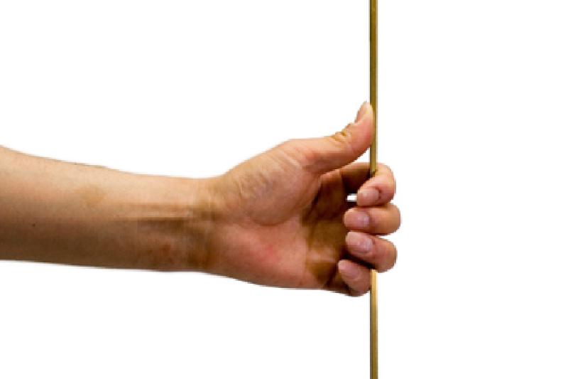 手順3. はかり棒は垂直に持ちます。