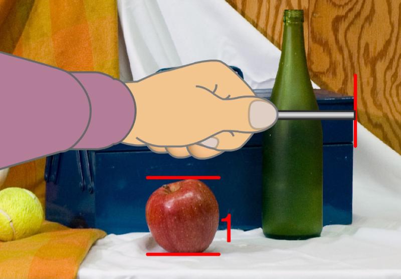 手順7. 同様に、工具箱の幅がリンゴ何個分に相当するかを測る場合。基準となるリンゴの大きさを維持したまま、はかり棒を水平に倒し、工具箱の端より順に数えます。