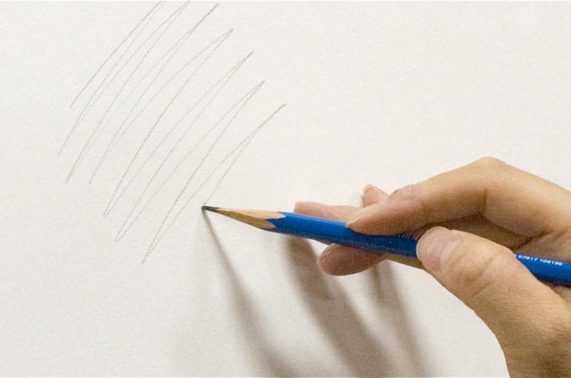 鉛筆を立てて線を引く