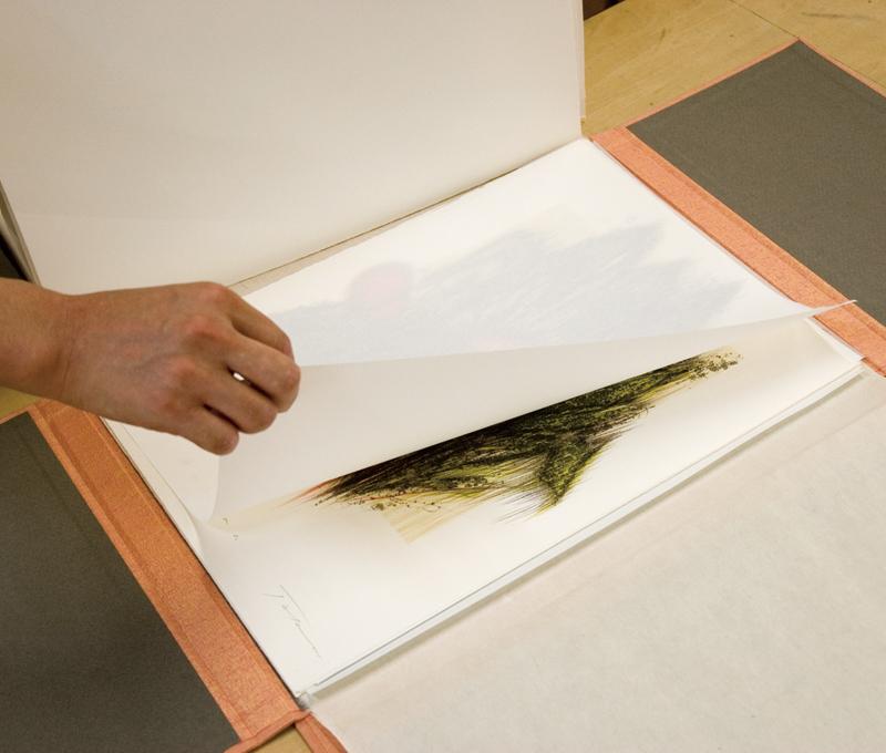 あい紙を挟んで作品を保護する