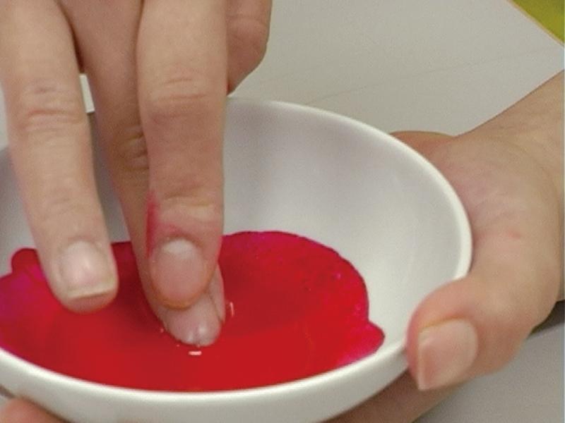 手順3.練り終えたら、少しずつ水を加えて溶きのばします。